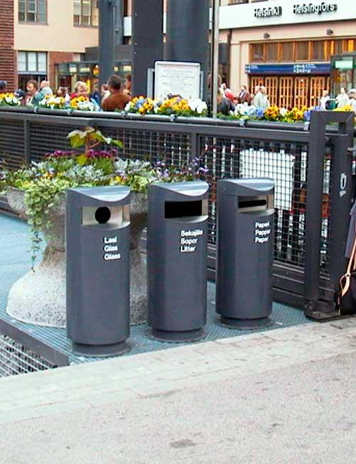Вокзал Хельсинки мусорные урны для раздельного сбора серые FINBIN UNIQUE 100