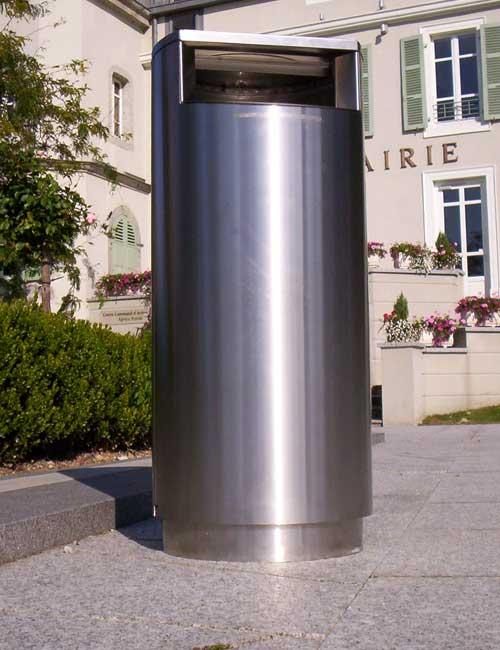 нержавеющая мусорная урна на цоколе установленная на улице с закрытой крышкой FINBIN CITY 100