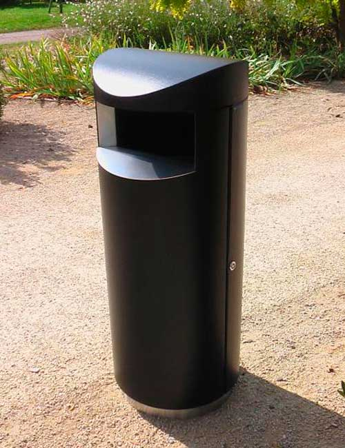 Черная мусорная урна на нержавеющем цоколе FINBIN UNIQUE 100 в парке