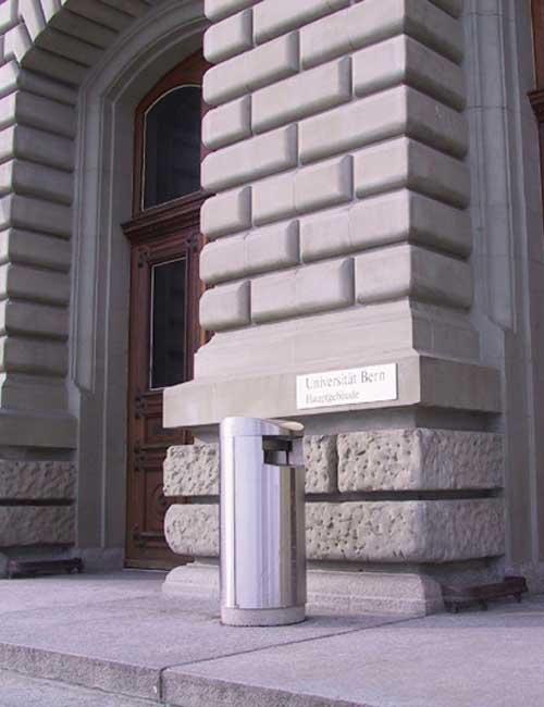 урна из нержавеющей стали на бетонном цоколе перед входом в университет FINBIN UNIQUE 100