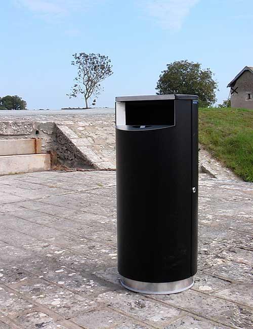 Урна мусорная с встроенной пепельницей на улице черный металлик нержавеющий цоколь FINBIN CITY 100