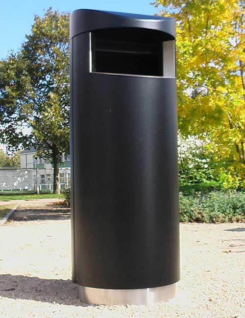 Урна черного цвета цилиндр круглая с закрытым верхом FINBIN UNIQUE 140 на нержавеющем цоколе