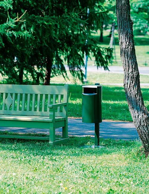 закапывание столба крепления мусорной урны FINBIN CITY 30 в парке