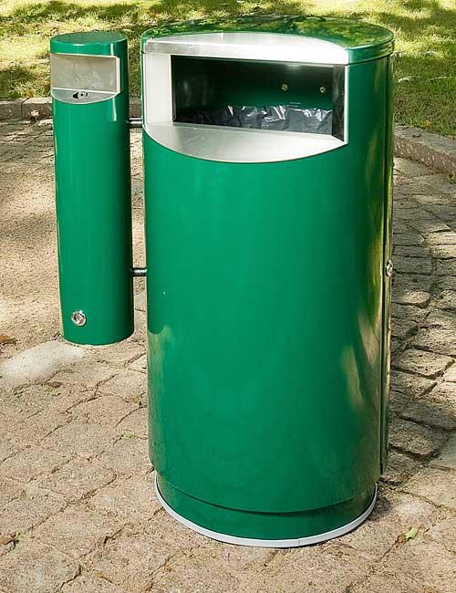 урна с пепельницей FINBIN CITY 60 COMBY зеленого цвета на цоколе в парке