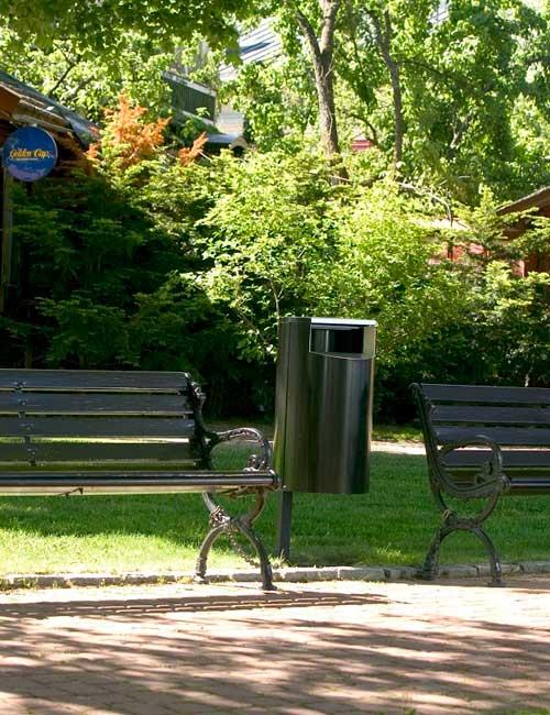 парковая урна установленная на столбе зеленого цвета FINBIN CITY 60