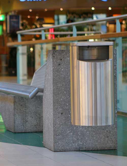 Урна нержавеющая подвесная к бетонной лавочке FINBIN CITY 60 в торговом центре