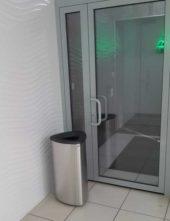 Мусорная урна перед входом в офис внутри