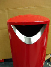 Нестандартная окраска в красный цвет урны для мусора FINBIN