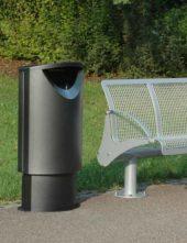 урна для мусора в парке с закрытым верхом