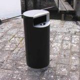 Урна с пепельницей FINBIN CITY 100 черного цвета на нержавеющем цоколе на улице