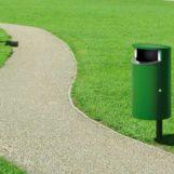 Уличная урна для мусора Novus 60 в парке на столбике