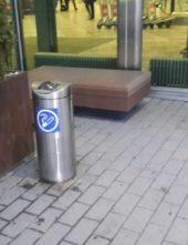 напольная нержавеющая пепельница FINBIN VILCANO перед входом в гостиницу