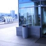 Урна для мусора на улице перед входом в терминал Внуково, FINBIN CITY 100