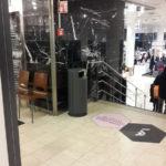 Мусорная урна серая на цоколе FINBIN CITY 100 для торгового центра