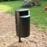 Черная мусорная урна с закрытым верхом в парке FINBIN CITY 60 на столбе в земле