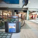Мусорная урна BERMUDA 3 цвета черный металлик, установленная в торговом центре, раздельный сбор