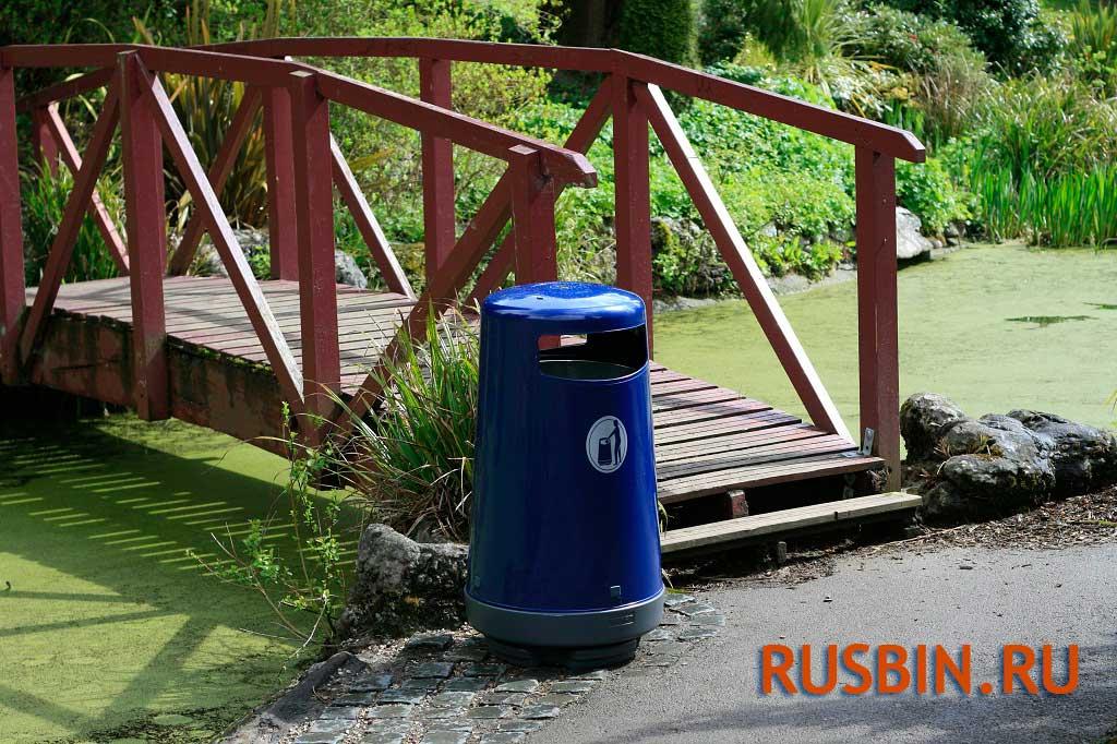 Мусорная урна Glasdon Topsy 2000 перед входом в парк, цвет синий