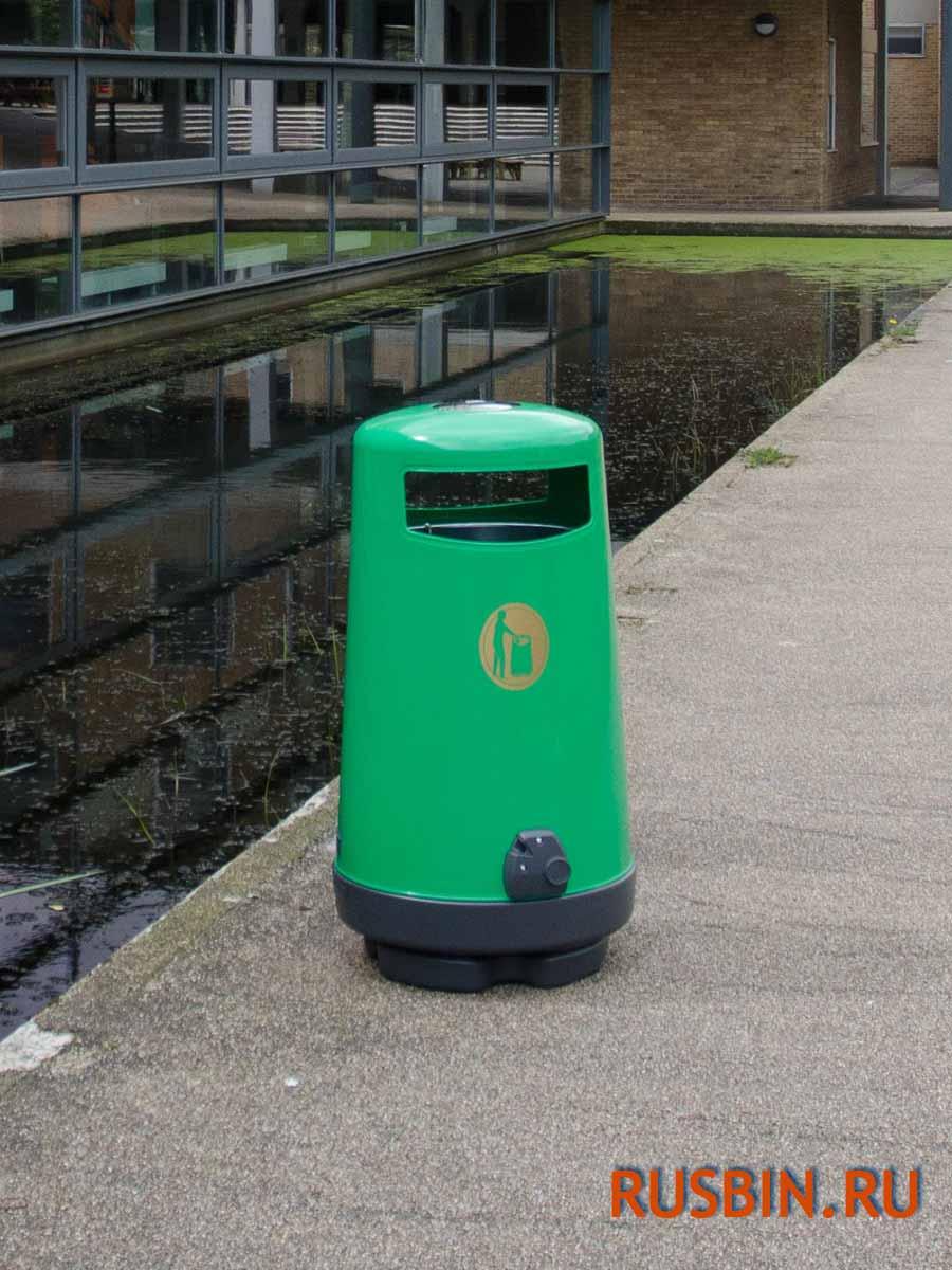 Английская мусорная урна Glasdon Topsy 2000 вдоль дома на улице