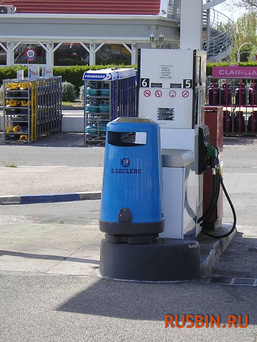 Светло-голубая урна для мусора на АЗС Glasdon topsy 2000