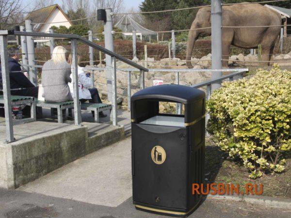 В зоопарке установлена мусорная урна Glasdon Futuro черная