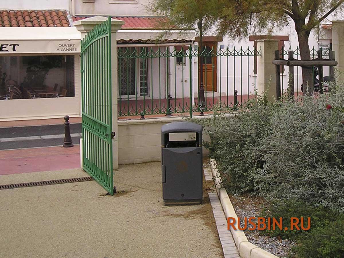 Уличная урна с баком для мусора перед входом в кафе Glasdon Futuro серая