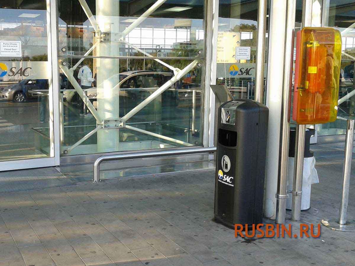 Пепельница напольная черная Glasdon Integro City установлена в аэропорту
