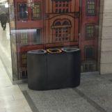 Урна для раздельного сбора мусора Bermuda triple черный металлик установлена в торговом центре