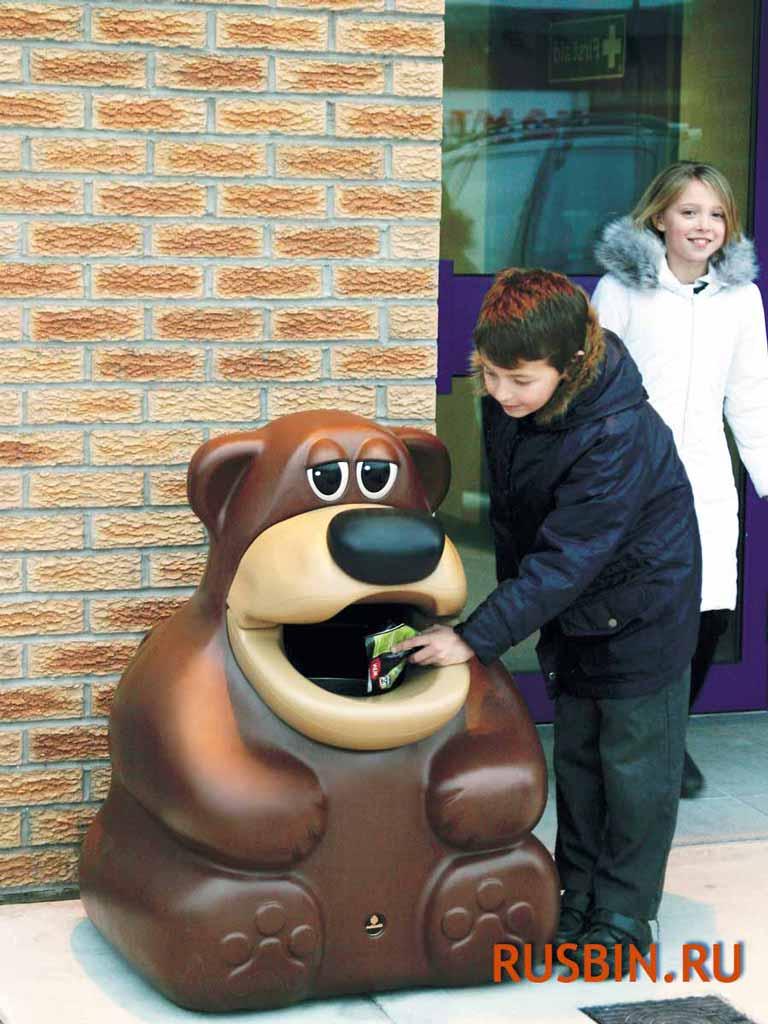 урна мусорная Медвежонок Glasdon Tidy Bear установлена возле магазина
