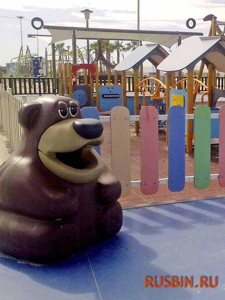 установка мусорной урны Медведь на детской игровой площадке Glasdon Tidy Bear