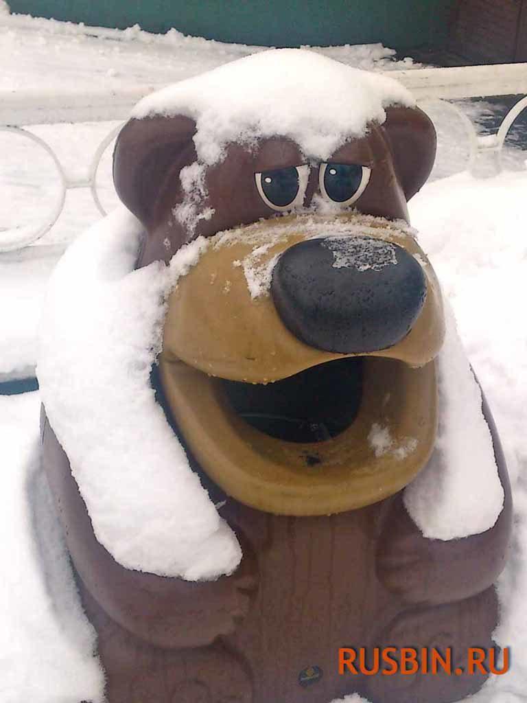 Мусорная урна в виде медведя стоит на улице зимой Glasdon Tidy Bear