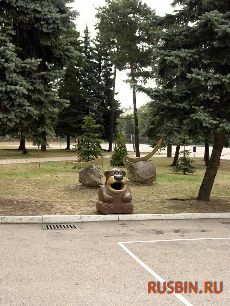 Большой красивый парк и в нем установлена мусорная урна Медведь Glasdon Tidy Bear