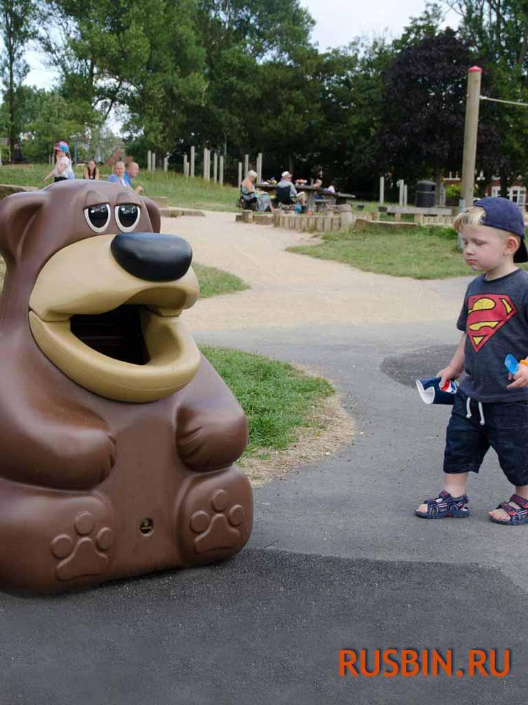 ребенок выбрасывает мусор в урну Медведя Glasdon Tidy Bear