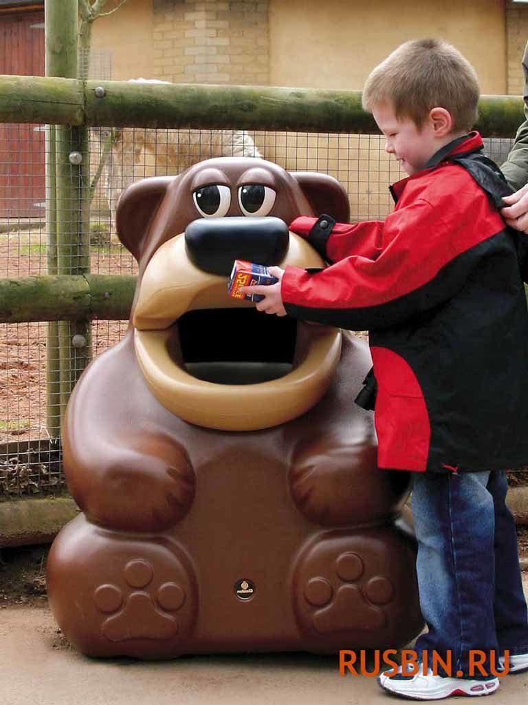 Ребенок собирает мусор в урну Медведь Glasdon Tidy Bear