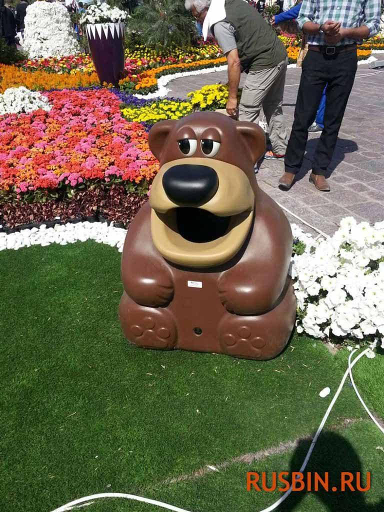 красивая урна мусорная медведь на цветочной клумбе Glasdon Tidy Bear