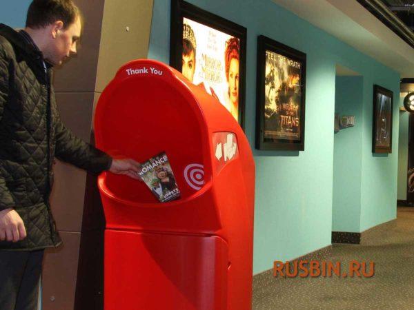 урна мусорная красная для футкорта Glasdon Combo Delta установленная в кинотеатре