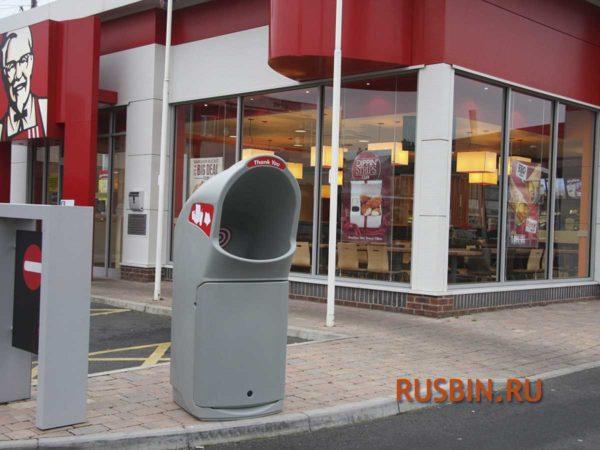 Красивая серая мусорная урна 140 литров у фаст-фуда на улице GLASDON COMBO DELTA