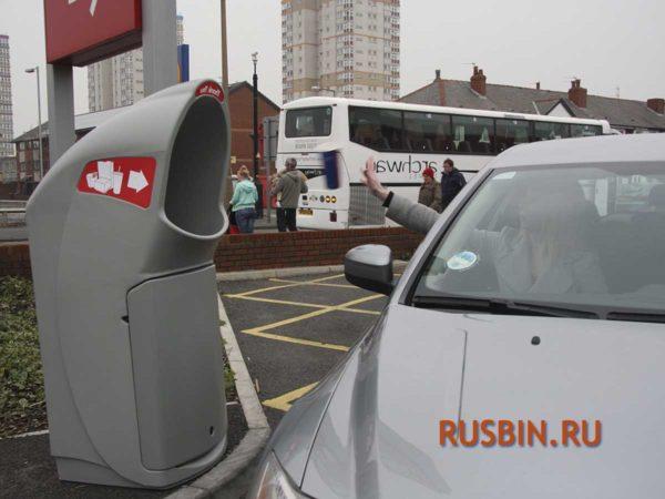 Выбрасывание мусора из окна автомобиля в урну GLASDON COMBO DELTA цвет серый