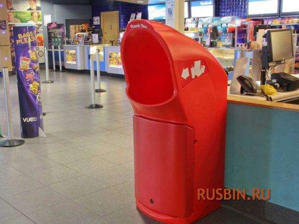 Красная мусорная урна для футкорта установлена в ресторанной зоне GLASDON COMBO DELTA