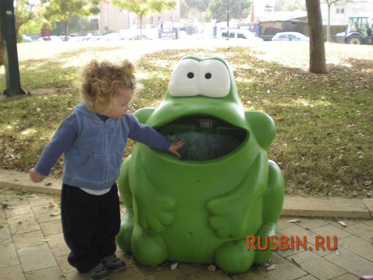 Выбрасывание мусора ребенком на детской площадке в урну Glasdon Froggo в форме лягушки