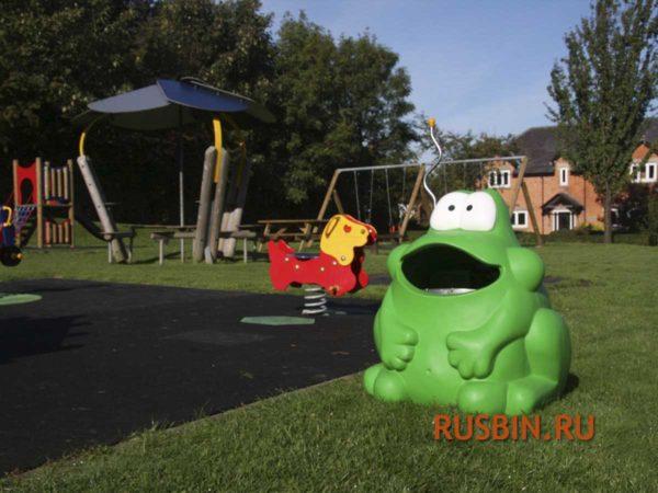 Зеленая лягушка мусорная урна на детской площадке Glasdon Froggo