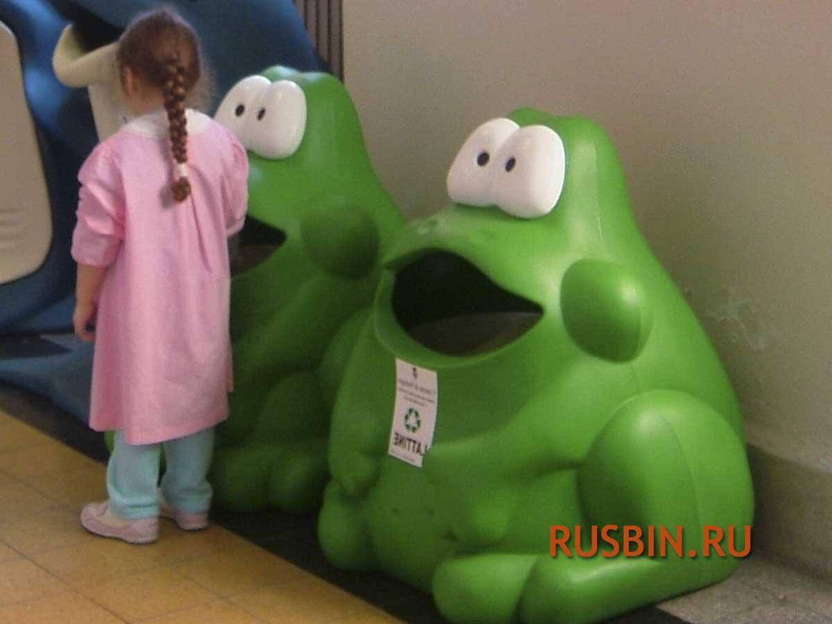 Мусорные урны для детского сада Glasdon Froggo зеленые лягушки