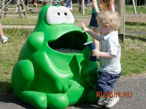 Зеленая мусорная урна на детской игровой площадке Glasdon Froggo