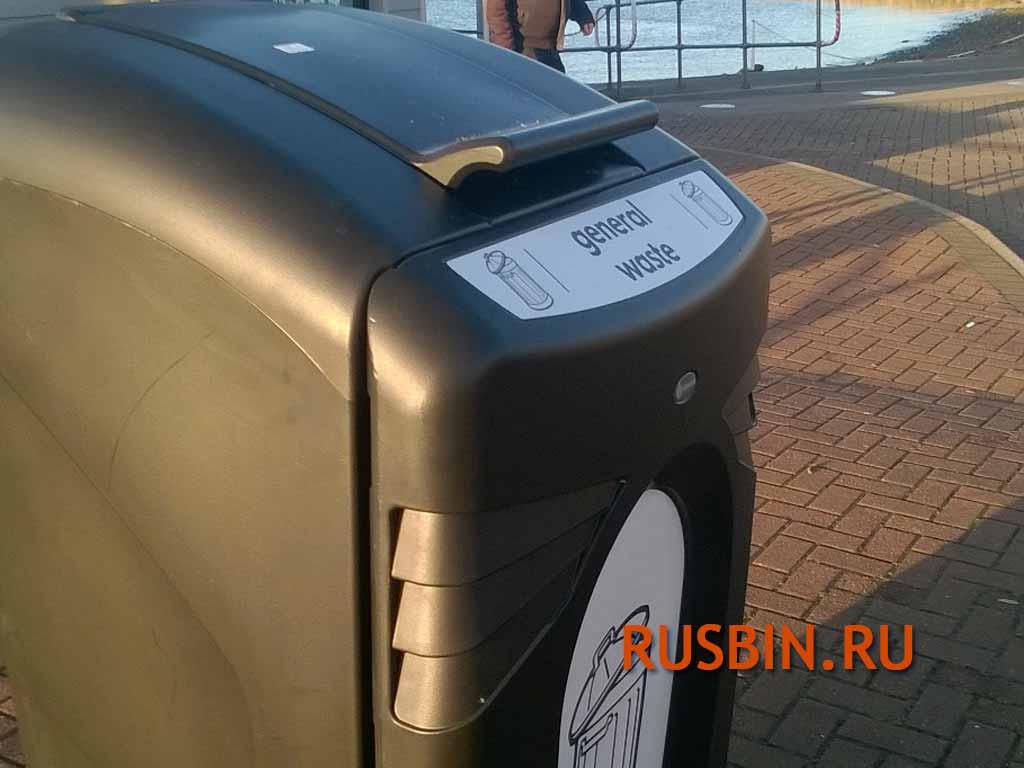 Черная крышка мусорного контейнера на улице Glasdon Nexus City 240