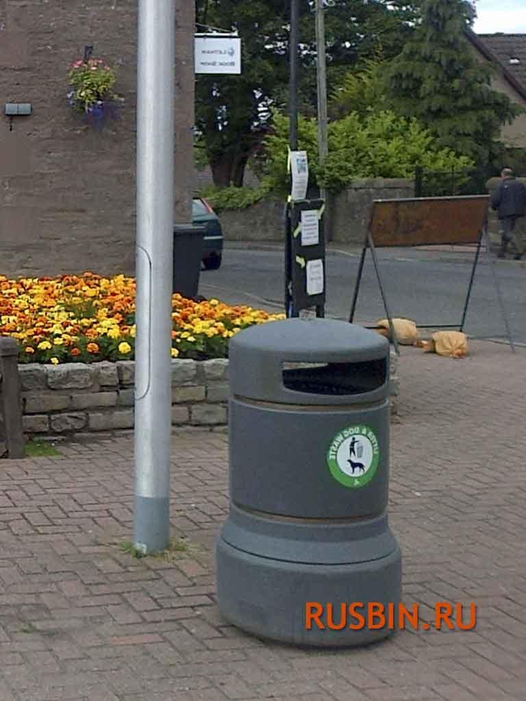 Урна для сбора мусора установлена на улице Glasdon Plaza серого цвета