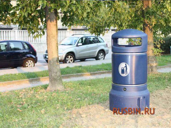 Уличная урна на траве Glasdon Plaza Mini темно синяя
