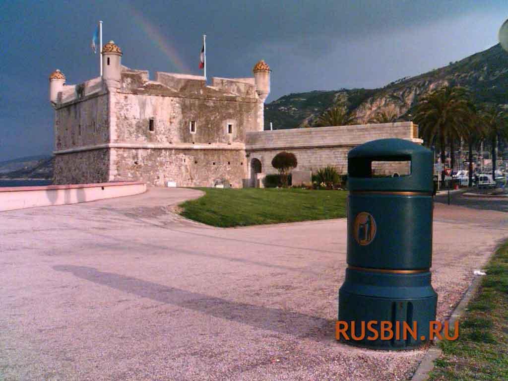 Темно-зеленая мусорная урна в красивом месте Glasdon Plaza Mini