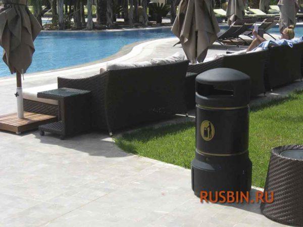 урна мусорная у бассейна Glasdon Plaza Mini черная