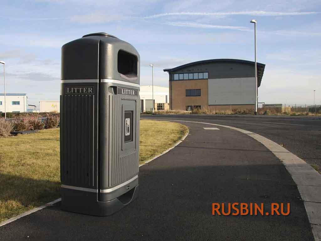 установленные урны для мусора вдоль дороги в городе с пепельницей Glasdon Streamline Jubilee