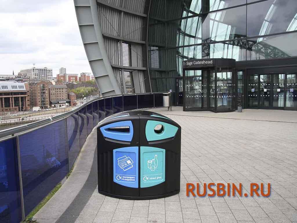 Мусорные урны для раздельного сбора мусора перед входом в офис Glasdon Nexus 200