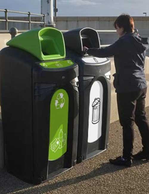 Сортировка мусора в уличный контейнер Glasdon Nexus City 140 черный